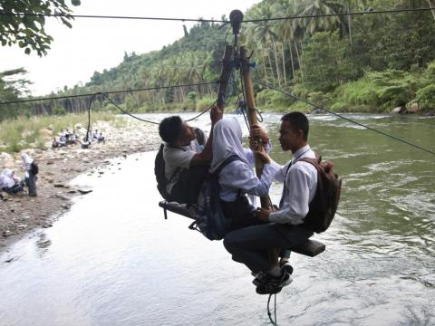 Sometimes the transportation is especially ingenious, like the seated zip line in the Indonesian town of Kolaka Utara. The seat can hold a maximum of four people.