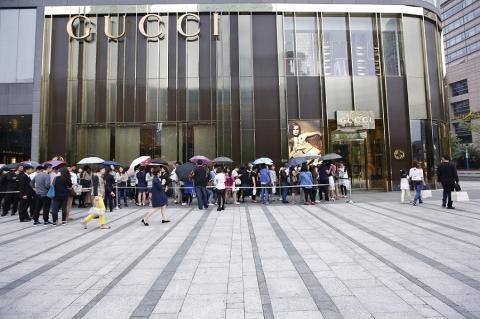 Clientes haciendo cola ante una tienda de Gucci en un centro comercial de Shanghái, China, el 37 de mayo de 2015.