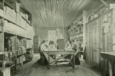 Trabajadoras de Avon embotellando perfumes en 1902.