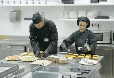 Trabajadores de Mercadona elaborando la comida para llevar.