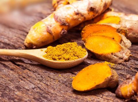 La raíz de cúrcuma, un miembro de la familia del jengibre, obtiene su coloración amarilla de una sustancia química llamada curcumina.