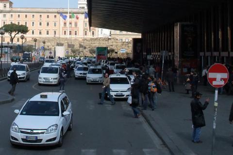 En los aeropuertos italianos, los taxistas esperan fuera y los conductores de VTC, te buscan dentro de la terminal al grito de 'Taxi'. Mejor los primeros.