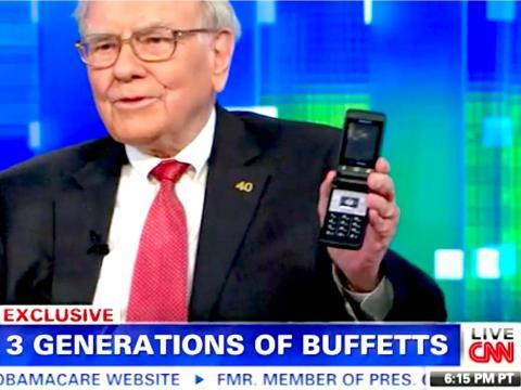 Warren Buffett tells former CNN host Piers Morgan about his flip phone in 2013.