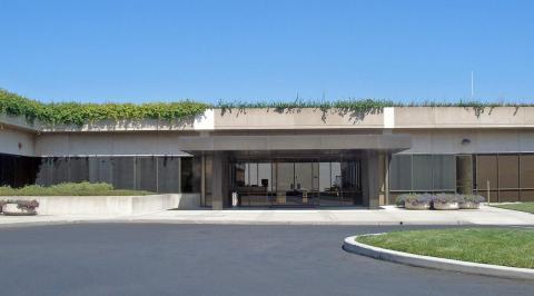El laboratorio Xerox PARC es mundialmente conocido por sus instalaciones, incluyendo una impresora láser, ratón y conexión ethernet. En 1979, se permitió a los ingenieros de Apple visitar el campus 3 días, por la opción de compra de 100.000 acciones.