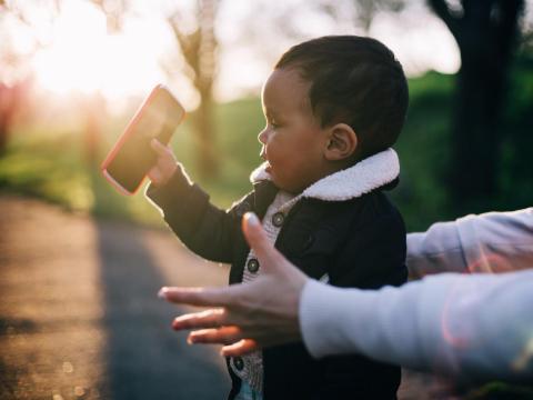 Un niño sostiene un 'smartphone'.