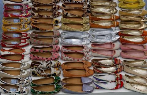 Zapatos de Prada en el archivo histórico de la marca, en la nueva fábrica diseñada por el arquitecto Guido Canali en Valvigna, Italia, el 8 de junio de 2018.