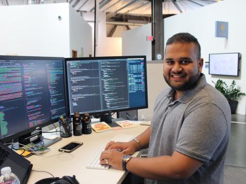 Como la mayoría de empleados, tienen cierta flexibilidad en sus horas de trabajo. Hussain entra sobre las 8:00 y desayuna antes de ir a su escritorio a trabajar