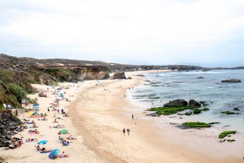 Mis playas favoritas eran las salvajes de Alentejo. Las pequeñas rocas sumergidas están repletas de vida marina. Pero el agua del Océano Atlántico está fría, incluso durante el verano