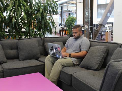 Después de comer, toca volver al trabajo. La mayoría de las reuniones de Hussain son por la tarde —ya sea reuniones de equipo semanales, puntuales con diseñadores, suelen ser una hora diaria—