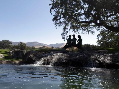 """Algunos niños de estatua de bronce también """"pescan"""" en un arroyo cercano [RE]"""