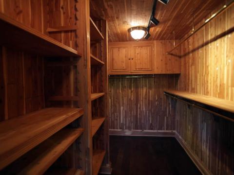 """Un amplio armario con vestidor lo conecta con el dormitorio principal y el baño. Jackson almacenó objetos de valor en una """"habitación secreta"""" escondida a la vuelta de la esquina de su armario, según Associated Press"""