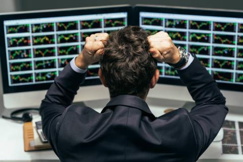 Un analista mira los mercados desesperado por la posible crisis.