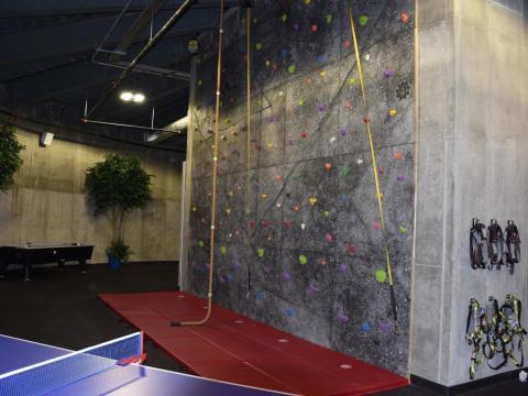 Y si mantenerse en forma con el equipo de gimnasio no es tu fuerte, también hay una pared de escalada en roca