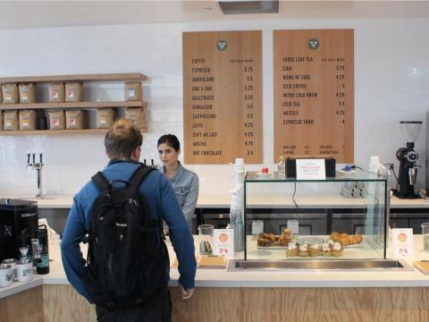...y todo es gratis, excepto algunas cafeterías para vendedores externos
