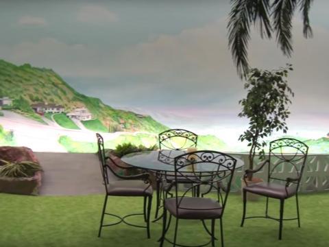 Y a pesar de que está protegido de los elementos anteriores, a los propietarios todavía se les ofrecen amplias vistas del paisaje, gracias a los murales de tamaño completo que se alinean en las paredes