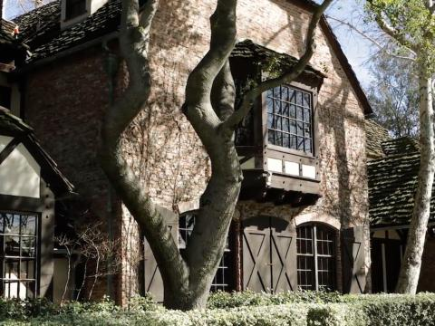 La arquitectura de la residencia principal es una reminiscencia de una casa de campo europea [RE]