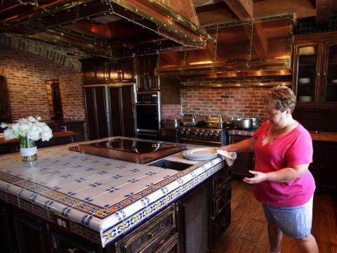 Aunque la casa principal está desocupada, el personal trabaja duro para mantener la cocina prístina [RE]