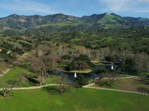 Aunque no es una propiedad frente al mar o urbana, esta finca por excelencia de California tiene mucho que ofrecer a su próximo propietario. Echemos un vistazo al interior [RE]
