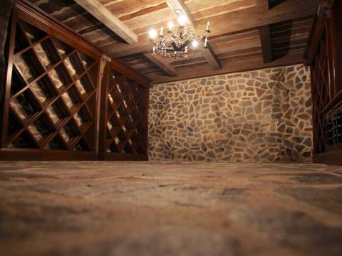 Bajando las escaleras de la casa de la piscina te lleva al sótano, donde encontrarás una bodega privada [RE]