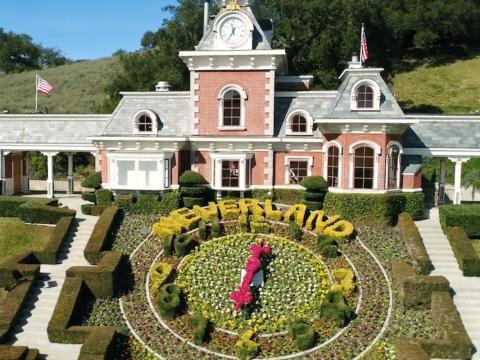 Bienvenido a Sycamore Valley Ranch, el antiguo rancho Neverland que una vez perteneció a Michael Jackson. Originalmente compró la propiedad por 19,5 millones de dólares en 1987 [RE]