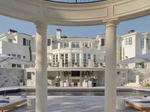 La casa más cara que se vendió en cualquier lugar en 2015 fue la propiedad de Kenny Rogers en Bel Air, ubicada a 20 millas de Los Ángeles. Fue por 46,3 millones [RE]
