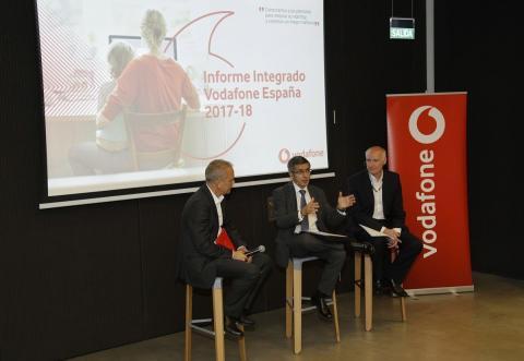 En el centro de la imagen, el presidente de Vodafone España, Francisco Román