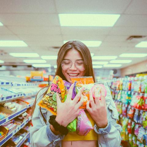 Chica feliz compra