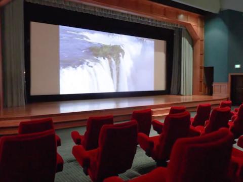 El cine de 50 asientos tiene sistema de proyección y sonido de nivel de teatro, un balcón de observación privado y un escenario con puertas trampa [RE]