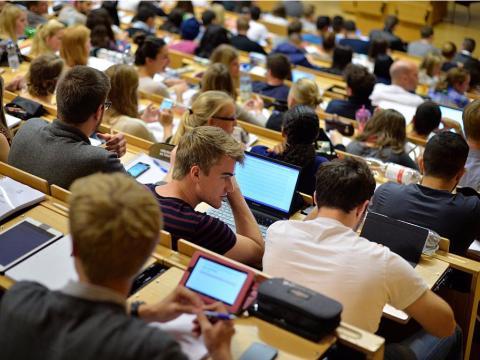 Los dispositivos móviles y loportátiles dominan las aulas y distraen a los alumnos de las clases.