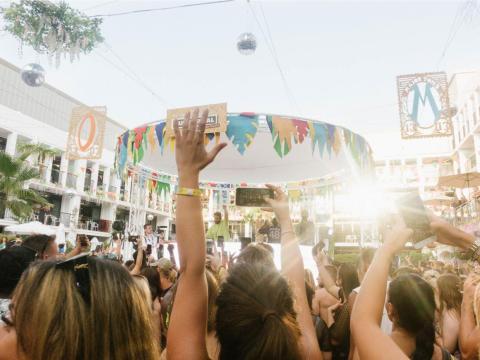 A diferencia de Mykonos, algunos de los DJs más grandes tocan en todas partes, desde Ibiza Rocks hasta el megaclub de Ushuaia. Vi al grupo británico Rudimental actuar.