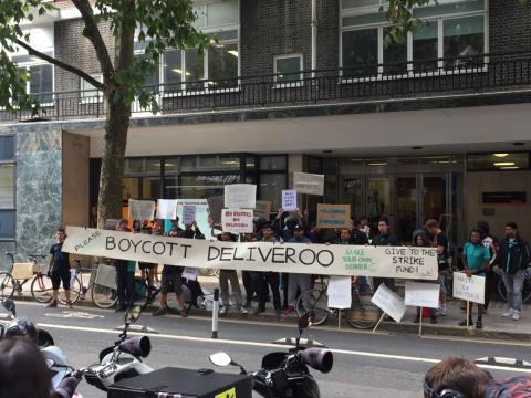 Diciembre de 2015: La reacción empieza. Deliveroo tiene cientos de ciclistas pedaleando para llevar comida; excepto porque esos ciclistas no están empleados por la compañía. La startup está en medio del debate sobre economía colaborativa