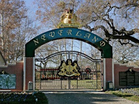 Después de incumplir el pago de un préstamo, Jackson ingresó a Neverland en un acuerdo de propiedad con la firma de inversión privada Colony Capital por 23 millones de dólares [RE]