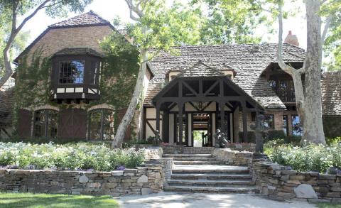 Después de la muerte de Jackson en 2009, Colony Capital gastó millones restaurando laboriosamente el rancho. Neverland fue renombrado como Sycamore Valley Ranch y lo puso en el mercado por 100 millones de dólares en 2015 [RE]