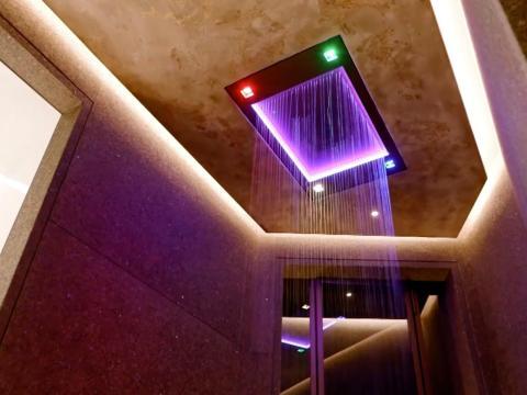 ...al igual que una ducha de alta tecnología equipada con controles que pueden cambiar la iluminación y los esquemas de color