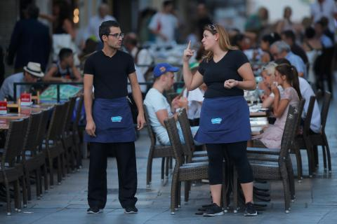 Dos camareros delante de una terraza en Ronda (Málaga).