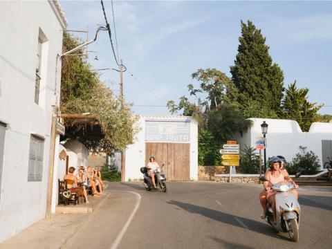 No hay nada como ir en moto por las pequeñas y sinuosas calles de la campiña ibicenca. La isla está salpicada de pueblos hippies que datan de los años 60 y 70, cuando artistas, escritores y otros bohemios se mudaron a la isla.