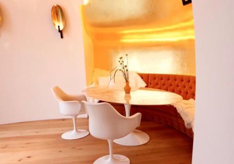 Una mesa para desayunar con forma ovalada está en la planta principal