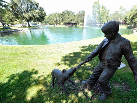 Esta estatua de bronce domina el lago en el camino a la casa principal [RE]