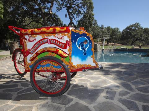 Este carrito de helados al lado de la piscina le fue entregado a Jackson por su amiga Elizabeth Taylor [RE]