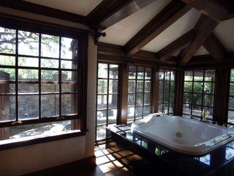 Este es el baño principal de Jackson. Tiene una bañera hundida y está rodeada de grandes ventanales con vistas al baño estelar [RE]
