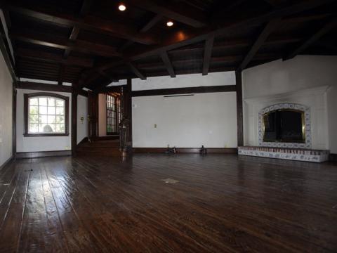 Este es el dormitorio donde dormía el Rey del Pop. El dormitorio principal incluye un altillo privado y dos baños, dos vestidores con revestimiento de cedro y un jardín  [RE]