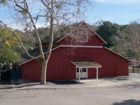 Este granero rojo grande fue construido originalmente para Clydesdales, y el rancho es perfecto para cualquier persona que quiera tener caballos [RE]