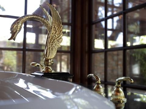 Este grifo de color dorado en la bañera de hidromasaje fue utilizado una vez por el mismo Jackson [RE]