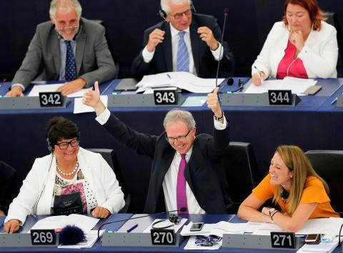 El eurodiputado del Partido Popular Europeo Axel Voss celebra la aprobación de la normativa.