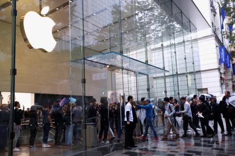 Exterior de la Apple Store en Tokio con colas para comprar el iPhone Xs