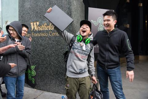 El CEO de Razer, Min-Liang Tan, junto a un gamer en un evento de la compañía.