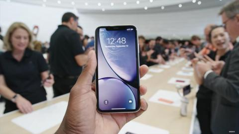 First, let's look at the white iPhone XR. Here it is from the front.