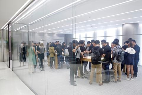 Gente en el interior de una Apple Store en Shanghai, China