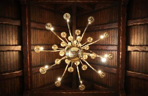 Grandes lámparas de araña de color dorado cuelgan sobre la entrada principal [RE]