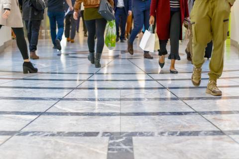 Un grupo de compradores pasea por un centro comercial